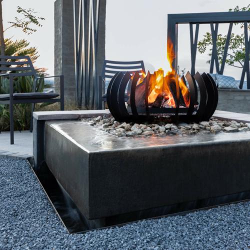 Braais-Freestanding-Fire-Blade-Curve-Black-Mild Steel-Environment1