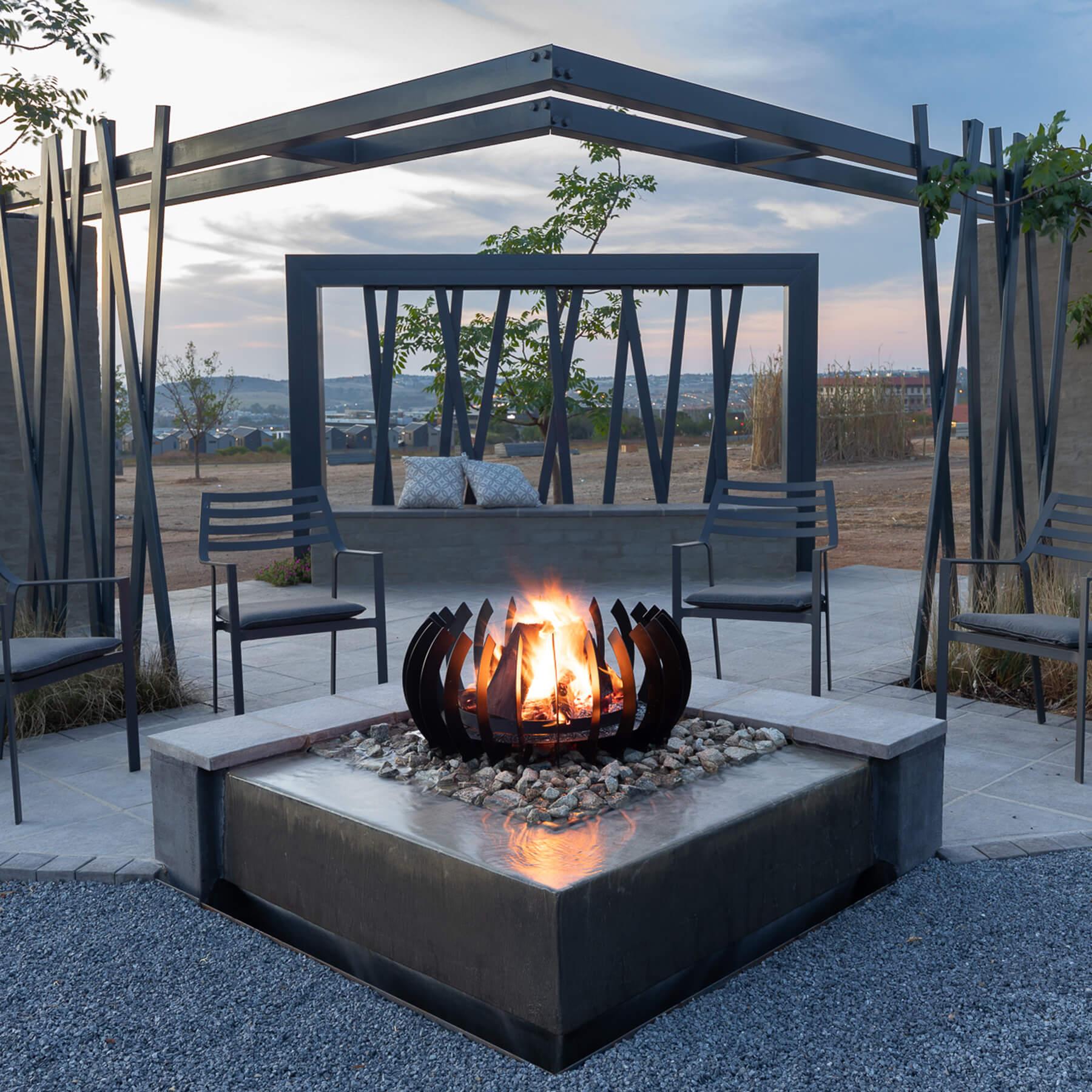 Braais-Freestanding-Fire-Blade-Curve-Black-Mild Steel-Environment3