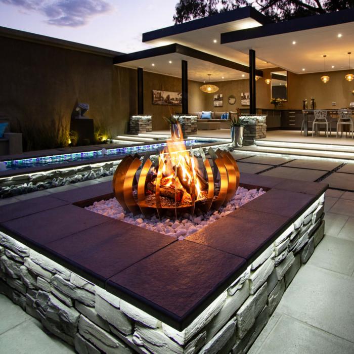 Braais-Freestanding-Fire-Blade-Curve-Stainless-Steel-Environment